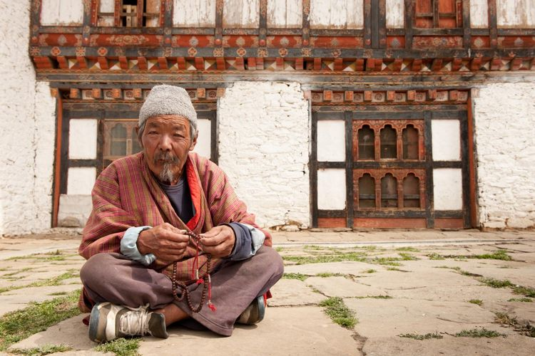 Praying Man - Bhutan - Vrouwenhof