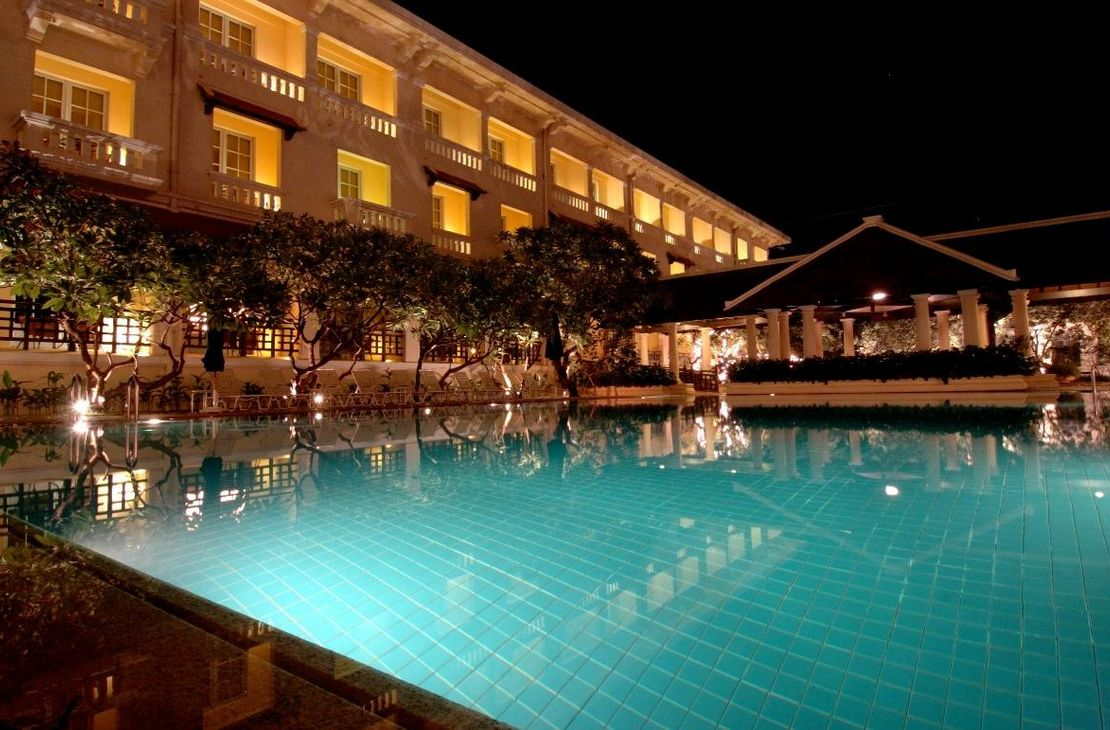 Raffles Le Royal - Pool At Night - Cambodja
